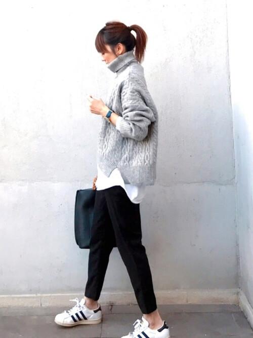 グレーハイネックニット×白オーバーサイズシャツのコーデ画像