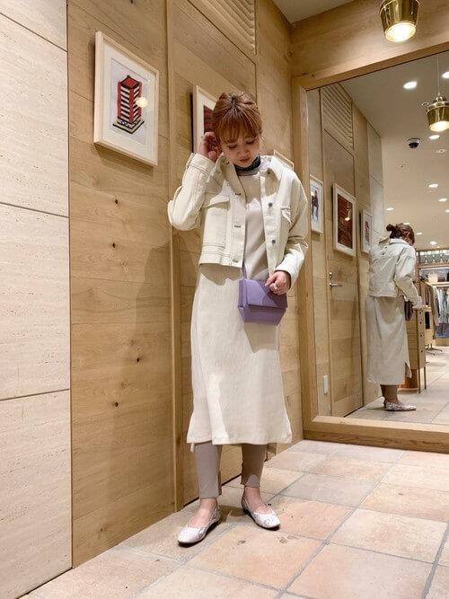 白デニムジャケットと白ワンピースの画像