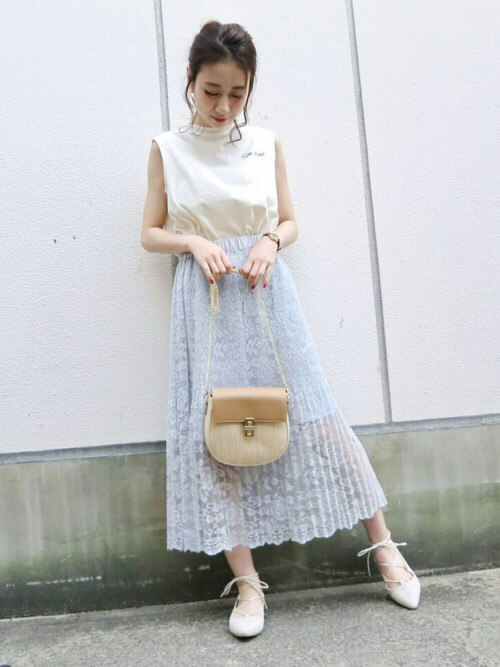 白ノースリーブ×ライトグレーレースプリーツスカートのコーデ画像
