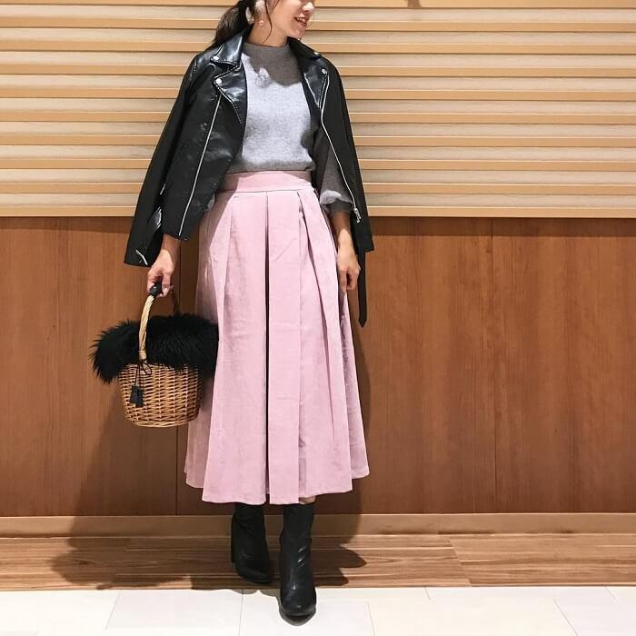 くすみピンク色フレアスカート×黒ライダースのコーデ画像