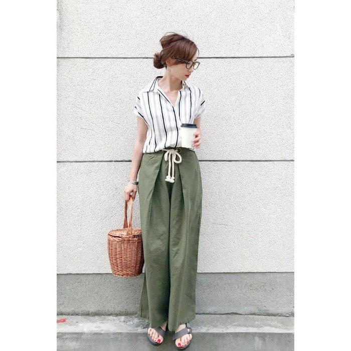 ストライプYシャツ×カーキワイドパンツのコーデ画像