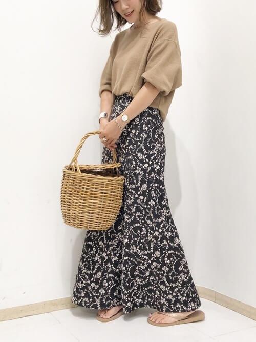 ベージュカットソー×黒花柄スカート×フラットサンダルのコーデ画像