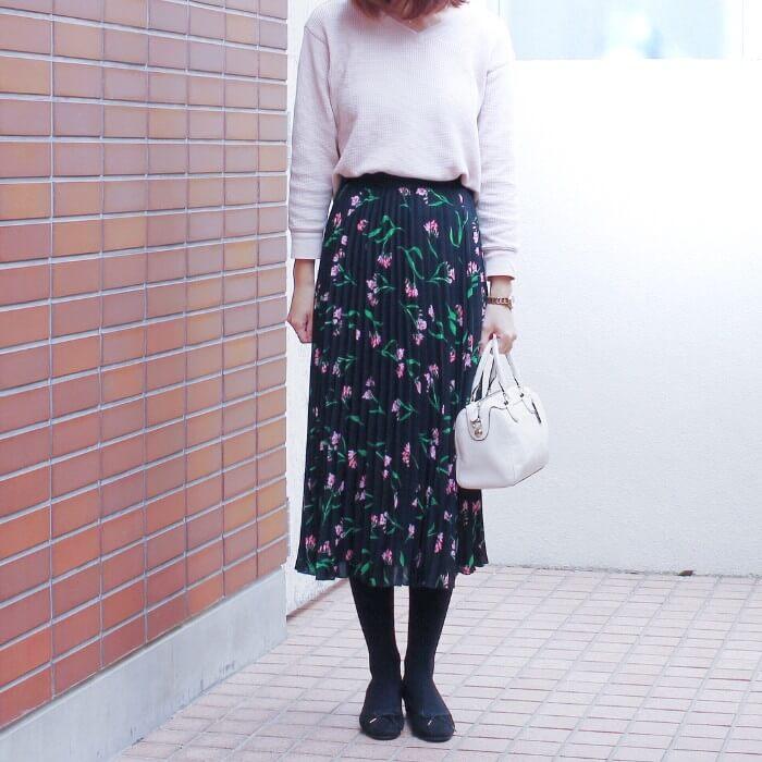 ピンクワッフルTシャツ×黒花柄プリーツスカートのコーデ画像