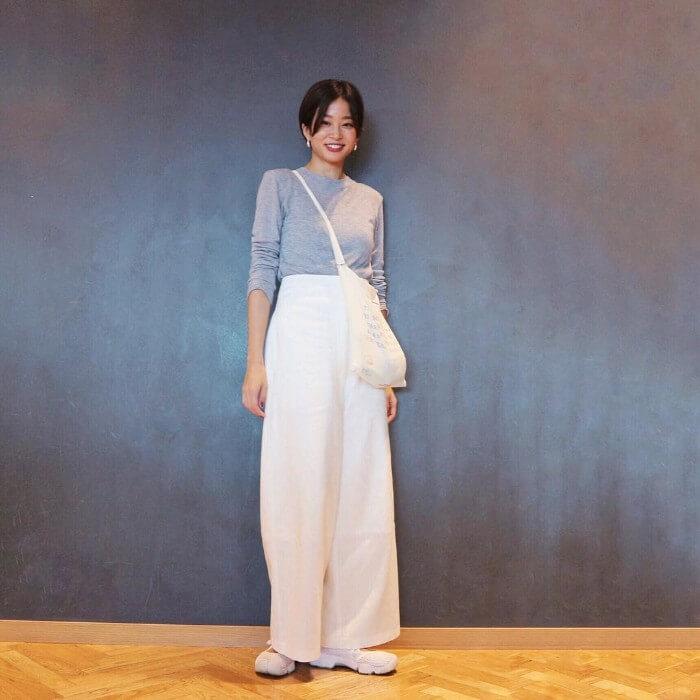 グレーロングTシャツ×白ワイドパンツのコーデ画像