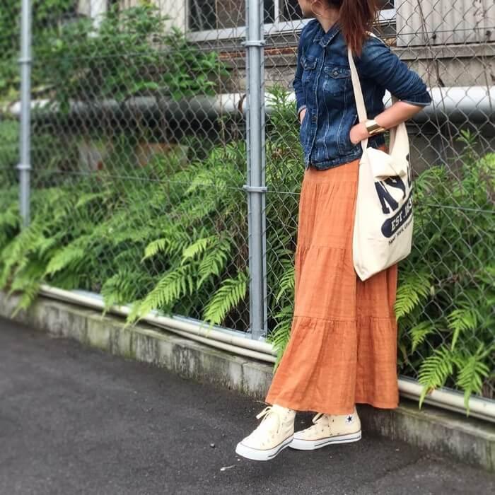 オレンジロングスカート×白スニーカーのコーデ画像