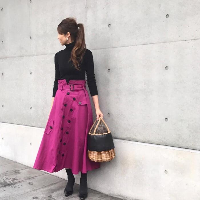 フレアピンクスカート×黒タートルネックニットのコーデ画像