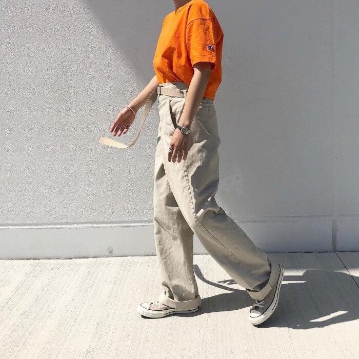 オレンジTシャツ×ベージュチノパンのコーデ画像