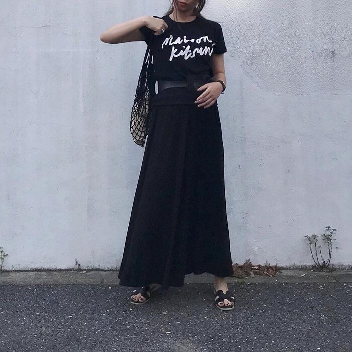 黒プリントTシャツ×黒マキシ丈スカートのコーデ画像