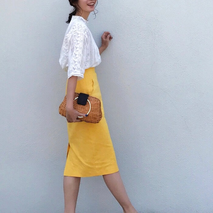 白レースブラウス×からし色タイトスカートのコーデ画像