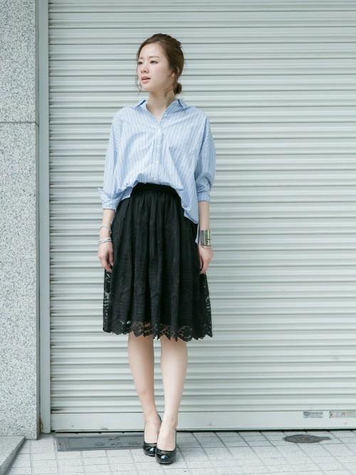 膝丈レーススカート×オーバーサイズシャツのコーデ画像