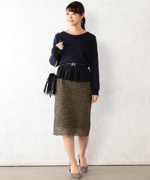 カーキレーススカートとネイビーペプラムニットのコーデ画像