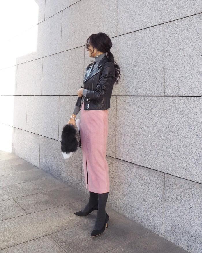 くすみピンク色タイトスカート×黒ライダースのコーデ画像