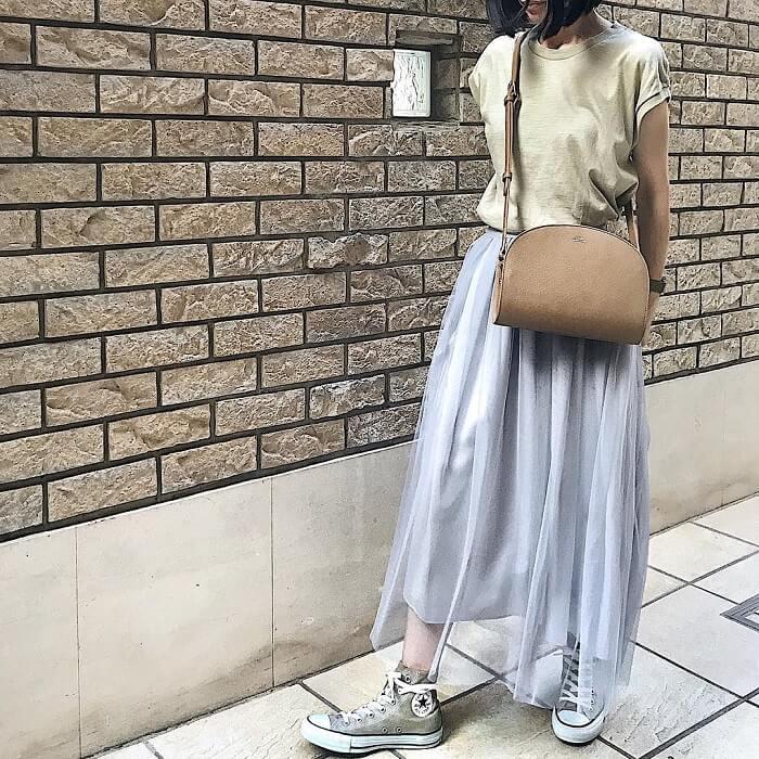 シルバーグレーのチュールフレアスカート×ベージュTシャツ