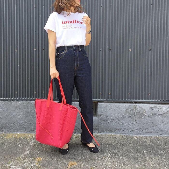 ロゴTシャツ×デニムパンツのフレンチカジュアルコーデ画像