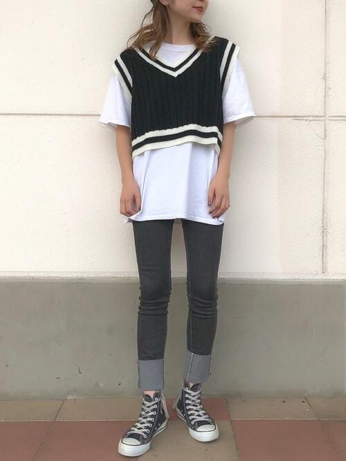 白Tシャツ×黒チルデンニットベスト×デニムのコーデ画像