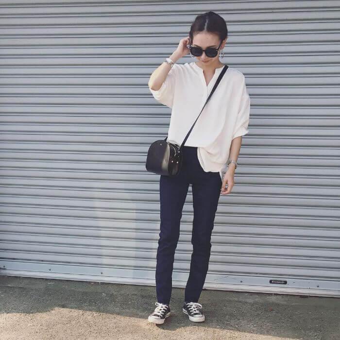 白バンドカラーシャツ×スキニーデニムのコーデ画像