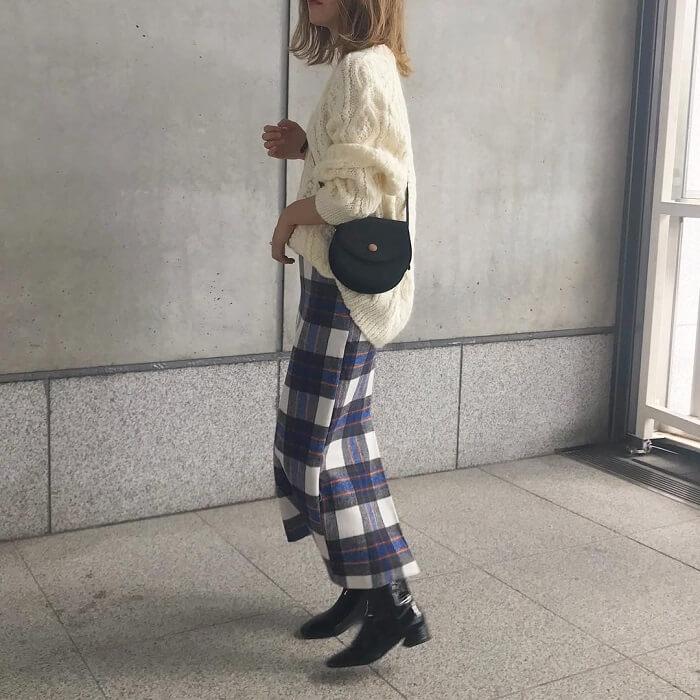 白ニット×クリームベースの青チェックタイトスカートのコーデ画像