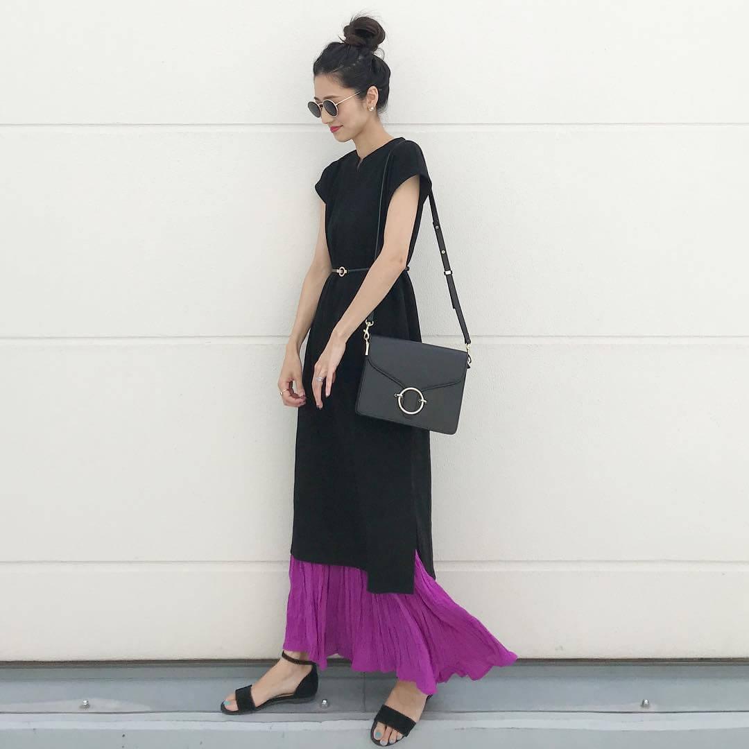 黒のTシャツワンピース×パープルロングスカート×細ベルトのコーデ 画像