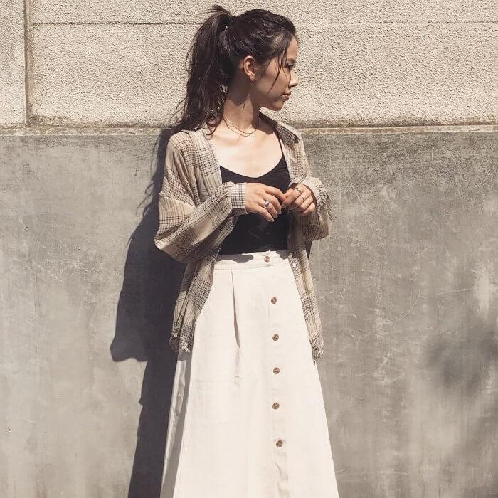 チェックシャツ×黒キャミソール×白スカートのコーデ画像