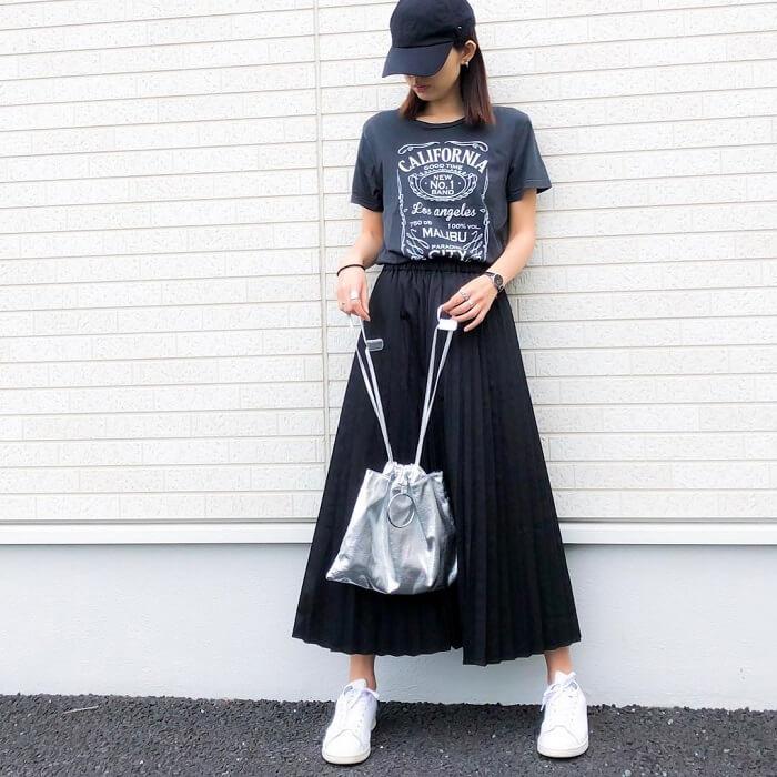 ネイビープリントTシャツ×ネイビープリーツスカートのコーデ画像