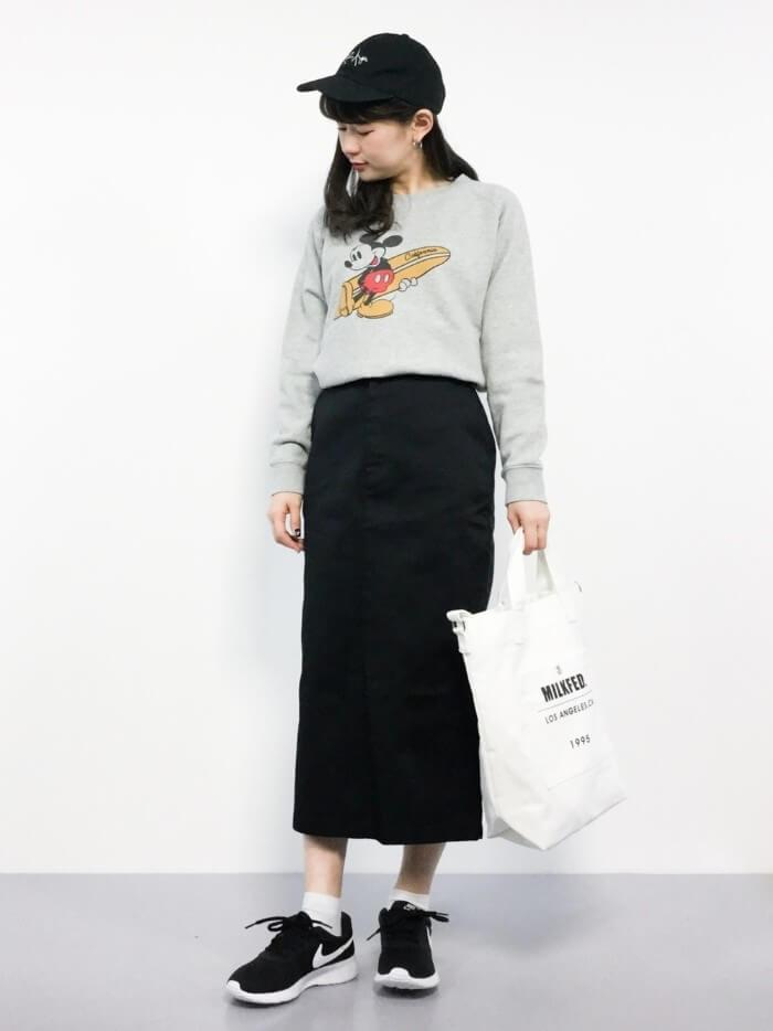 黒のロングタイトスカート×スウェットのコーデ画像