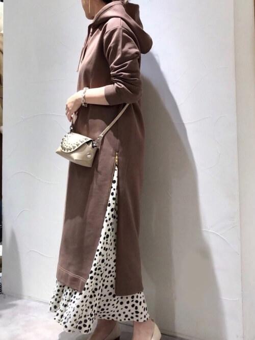 ブラウンパーカーワンピース×アニマル柄ロングスカートのコーデ画像