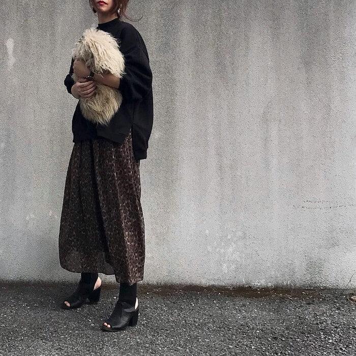 茶色ベースのレオパード柄ロングスカートのコーデ画像