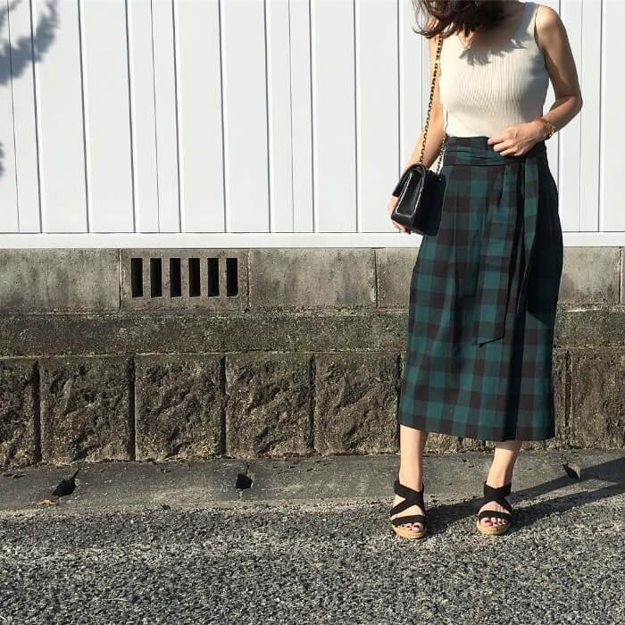 チェックロングスカート×ジュートサンダルのコーデ画像