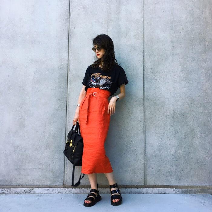 プリントTシャツ×赤タイトスカートのコーデ画像