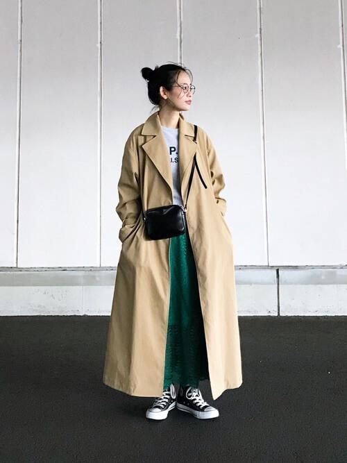 トレンチ×緑レーススカートのコーデ画像
