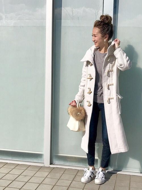 ロング丈白ダッフルコート×デニムパンツ×白スニーカーのコーデ画像