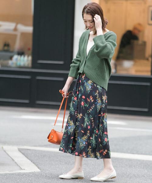 グリーンカーディガン×花柄ロングスカートのコーデ画像