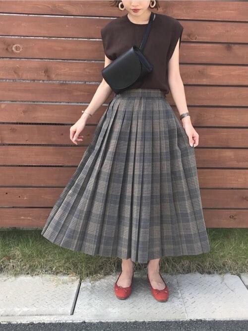 スカート×バレエシューズのオフィスカジュアルコーデ画像