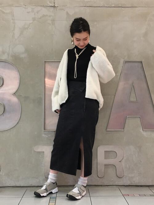 白ボアブルゾン×黒デニムスカートのコーデ画像