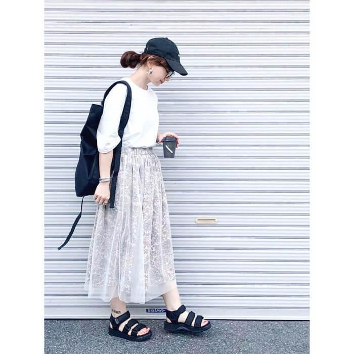 白カットソー×白レーススカートのコーデ画像