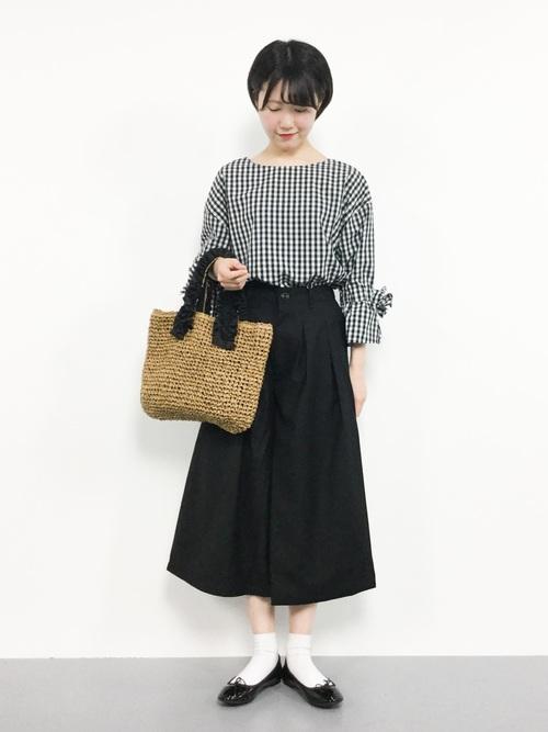 ギンガムチェックブラウス×黒フレアスカート