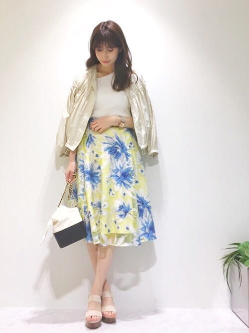 白サテンギャザーブルゾン×花柄スカートのコーデ画像