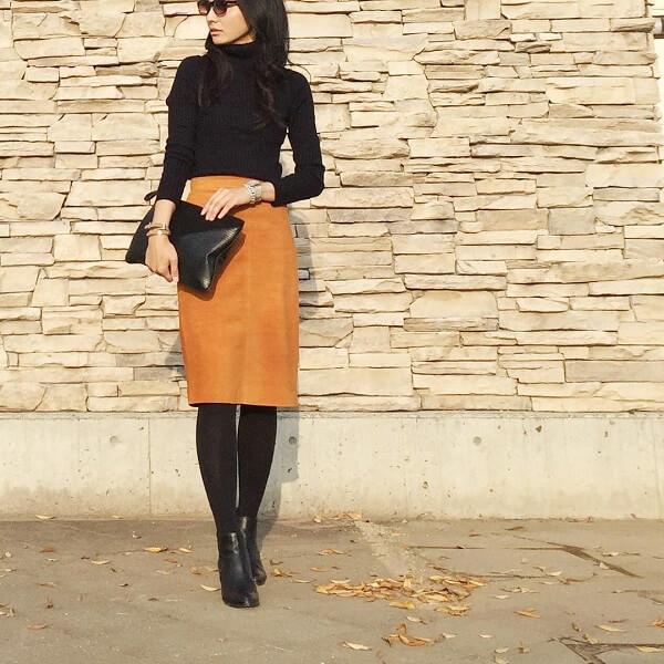 ネイビー ハイネックニット×マスタード タイトスカート×黒 ショートブーツのコーデ画像