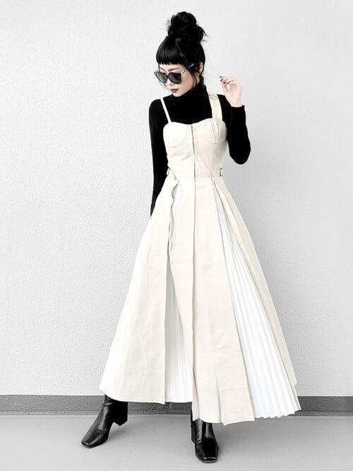 モノトーンのモード系ファッションの画像