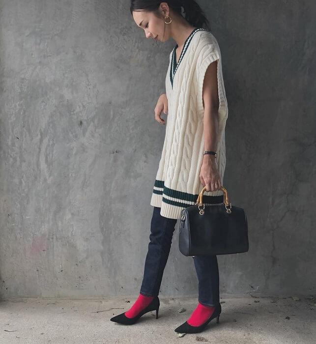 ロングチルデンニット×デニムスキニー×赤靴下のコーデ画像