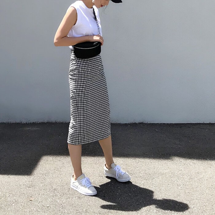白ノースリーブ×ギンガムチェックタイトスカートのコーデ画像