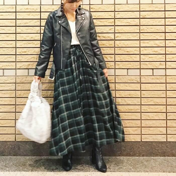 ライダースジャケット×チェック柄黒スカートのコーデ画像