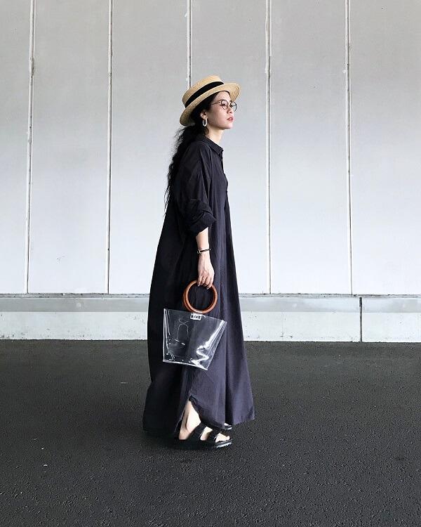 黒のシャツワンピースカンカン帽のコーデ画像