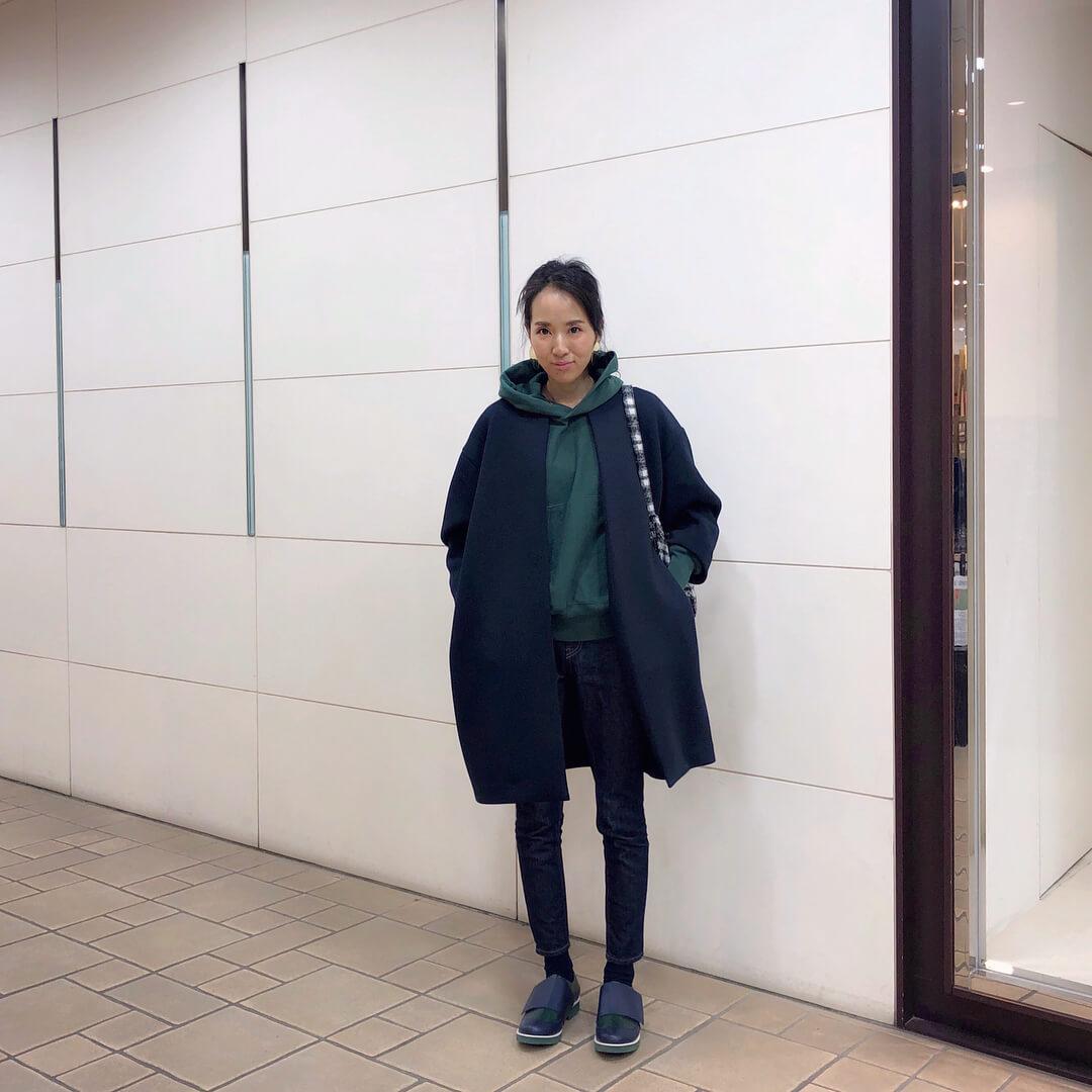 緑パーカー×ネイビーコートのコーデ画像