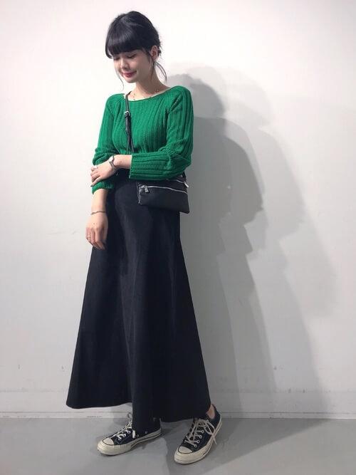 グリーンリブニット×デニムロングスカートのコーデ画像