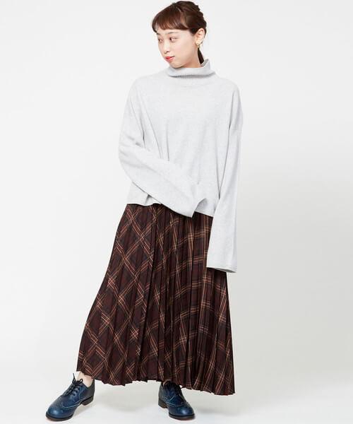 チェックプリーツスカート×白ニットのコーデ画像