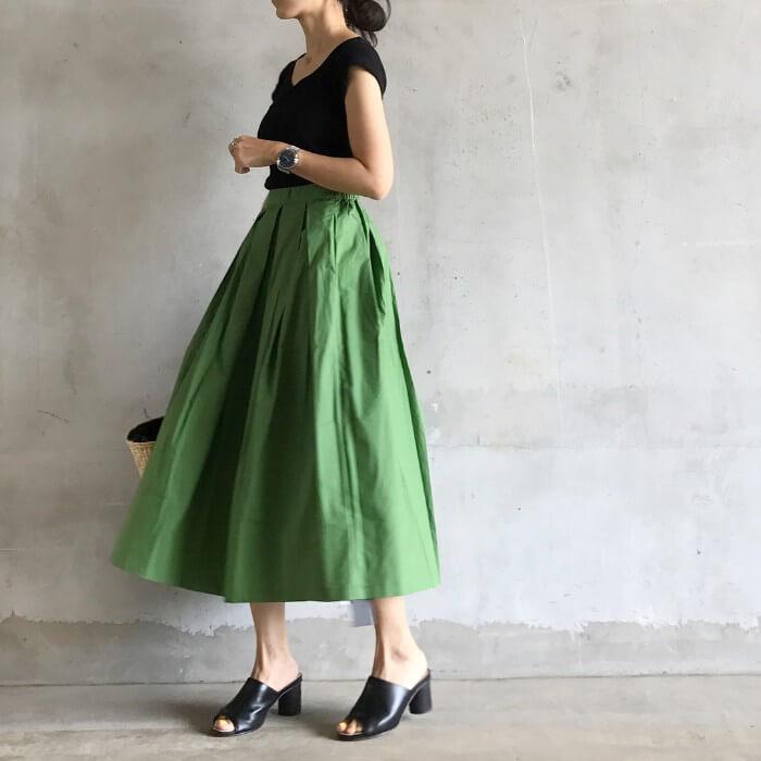 黄緑フレアスカート×黒コーデのコーデ画像