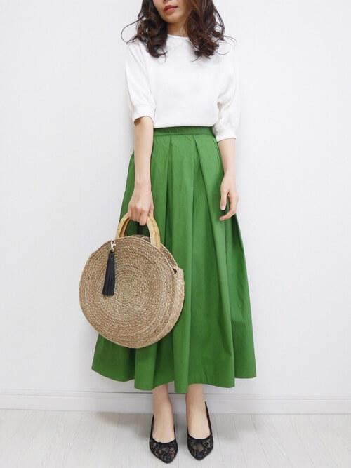 白カットソー×グリーンロングフレアスカートのコーデ画像