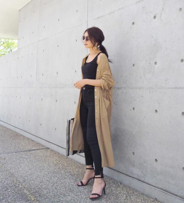 黒スキニー×ベージュシャツワンピースのコーデ画像