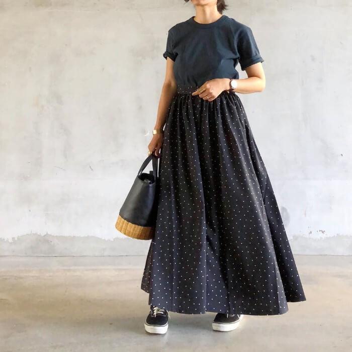 ネイビーの無地Tシャツ×ドット柄ロングスカートのコーデ画像